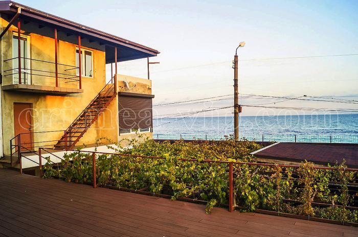 ПН-786. Продажа гостевого дома-усадьбы на 10 спален в первой линии в Феодосии.
